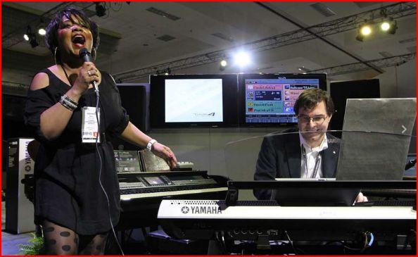 Peter Bartmaans e Nica Fisher durante la presentazione di Tyros 4