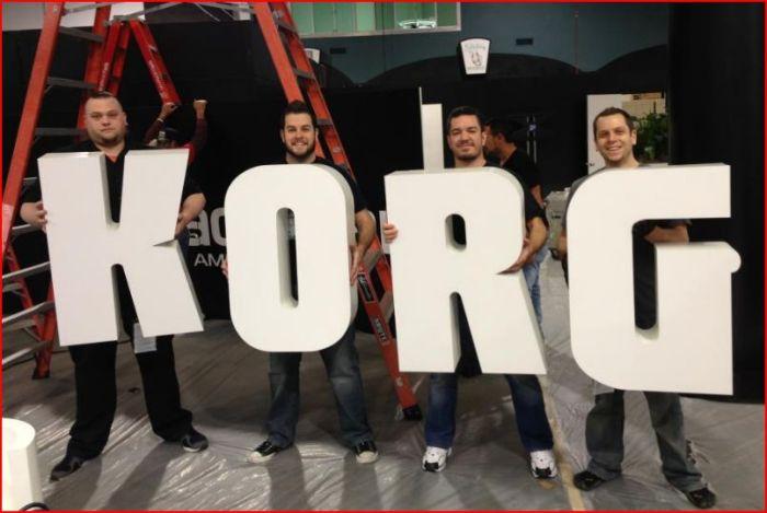 Preparando lo stand Korg al Winter NAMM 2013