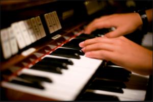 Suonare l'organo in chiesa