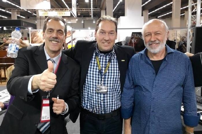 Marcello Colò in fiera con Michael Falkenstein (al centro) dimostratore Hammond e Sandro Fontanella (a destra) responsabile musicale di Ketron